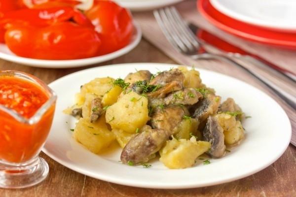 Куриные сердечки с картошкой тушеные в сметане