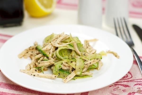 Салат из куриной грудки и огурца с соевым соусом
