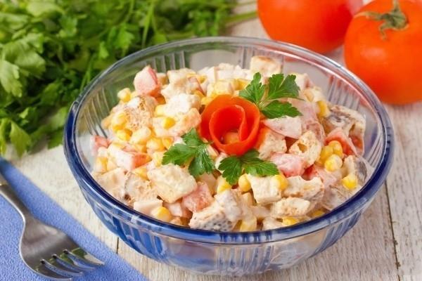 Салат с белыми сухариками рецепт