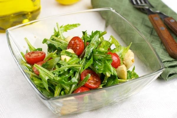 салат с руколой с моцареллой и помидорами