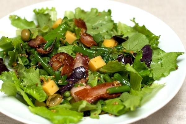Салат из семги с фасолью