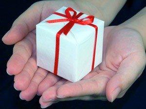 Дарить ли девушкам дорогие подарки