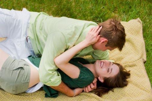 С кем надо первый раз заниматься сексом