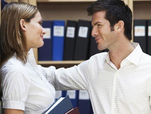 Девушка на работе оказывает знакивнимания