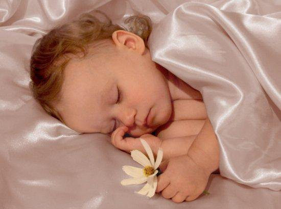 ребенок засыпает пряча голову противотуманный фонарь