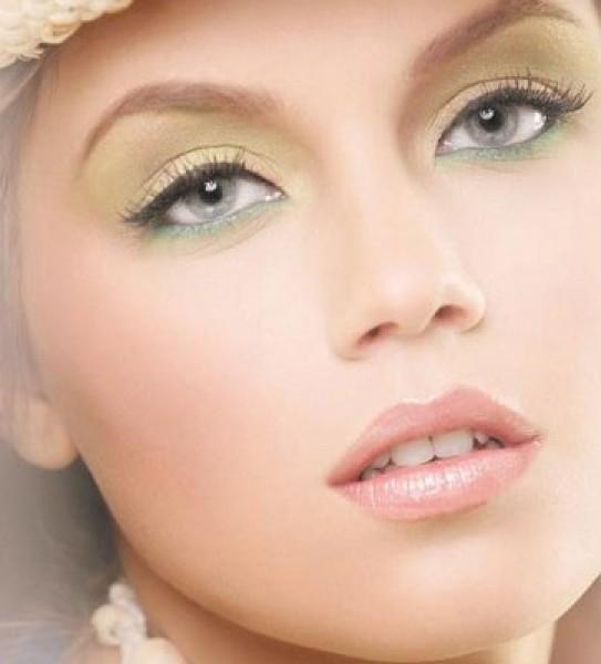 Красить девушку макияж