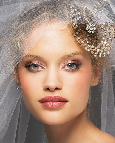 В этот день все должно быть отлично. Это касается настроения невесты и заканчивается всей свадьбой. И в первую очередь свадебный макияж должен быть