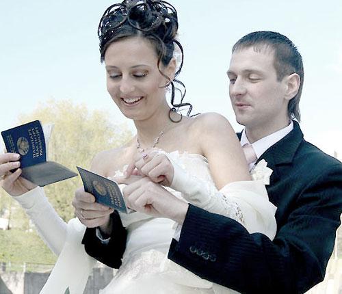 Какой фамилией расписывается невеста в загсе