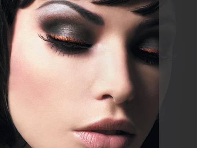 Сексуальный вариант макияжа темные глаза бледные губы