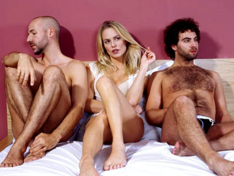 секс в постели с двумя мужчинами