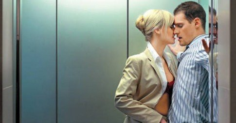 Секс на лифт случайно