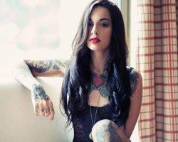 Почему девушка хочет сделать татуировку?