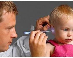Как правильно чистить уши ребенку