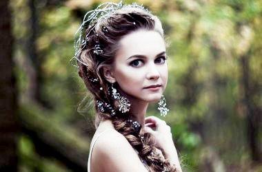 Прическа с цветком из волос на боку фото