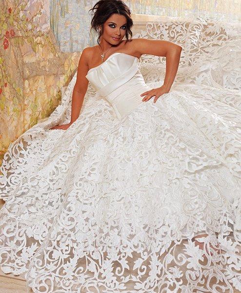 Кроме роскошной нижней части такое платье имеет открытый верх, чаще всего выполненный в виде корсета, который соблазнительно подчеркивает грудь и талию