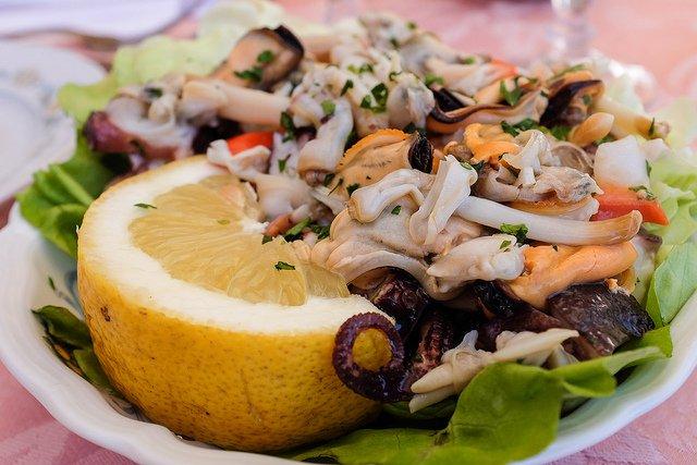Салат из консервированного морского коктейля