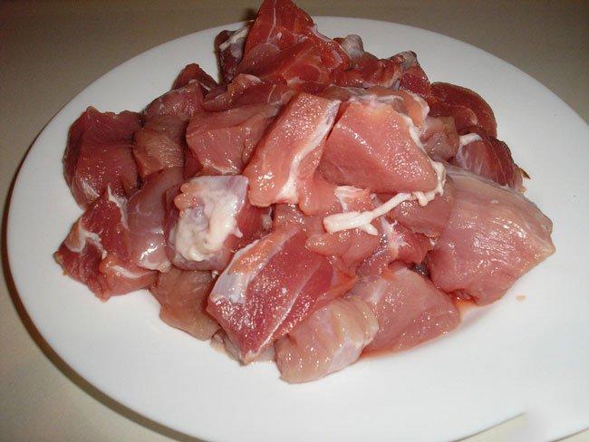 Прежде всего промойте и нарежьте свинину кусочками среднего размера.