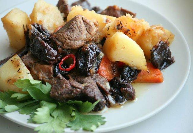 Простой пошаговый рецепт баранины с черносливом и картошкой на гарнир