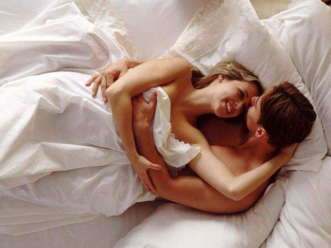 Секс в постеле под одеалом