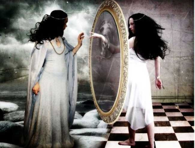 видеть в зеркале отражение знакомого
