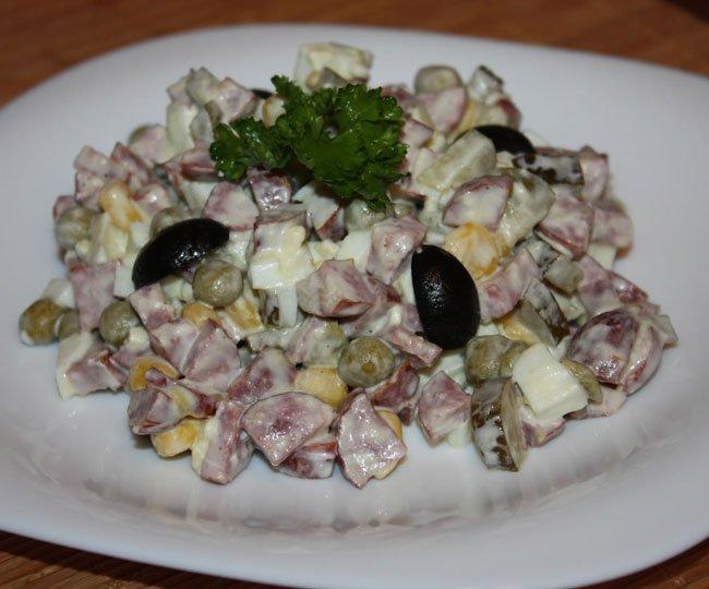 Салат охотничий с колбасками