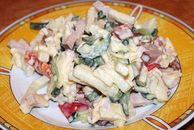 Салат с копченым сыром косичка и помидорами
