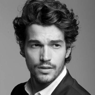 Мужская стрижка средней длины на вьющиеся волосы