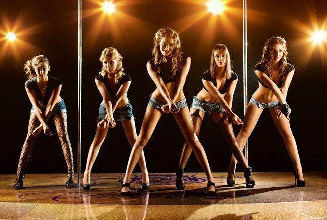 тёлки в клубе танцуют