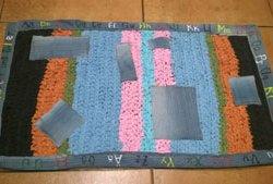 Оригинальный коврик из тряпок крючком