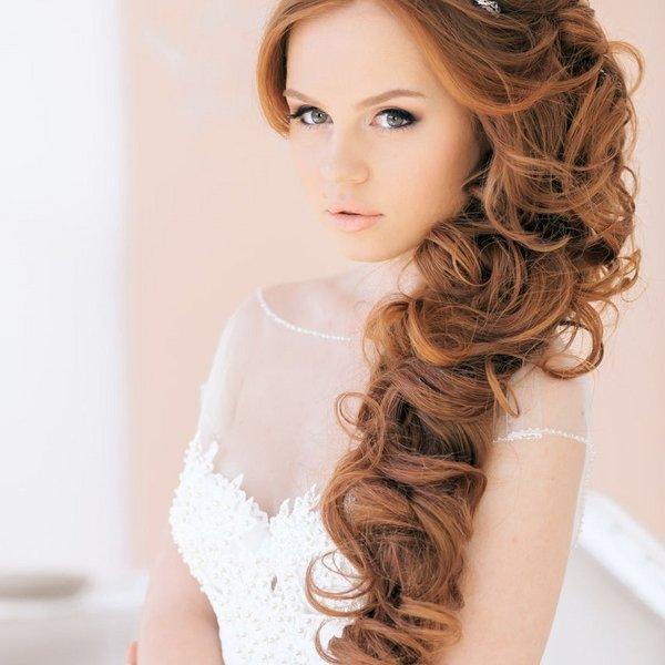 Укладка на средние волосы на один бок