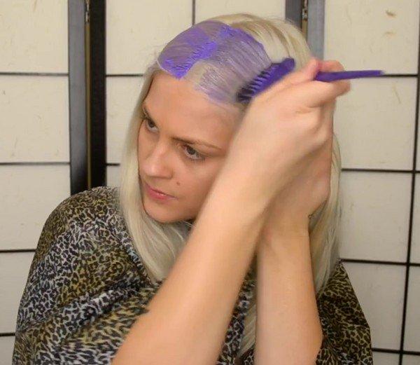 красящий шампунь наносят на сухой или мокрый волос