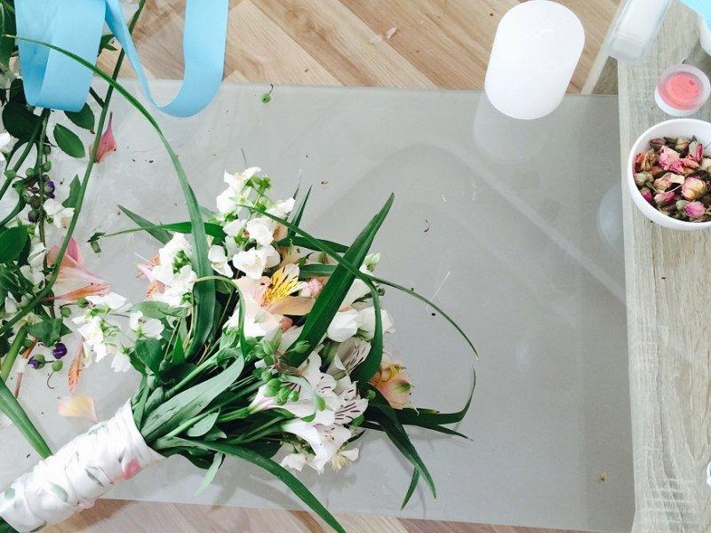 Букеты на свадьбу своими руками фото с живыми цветами 77