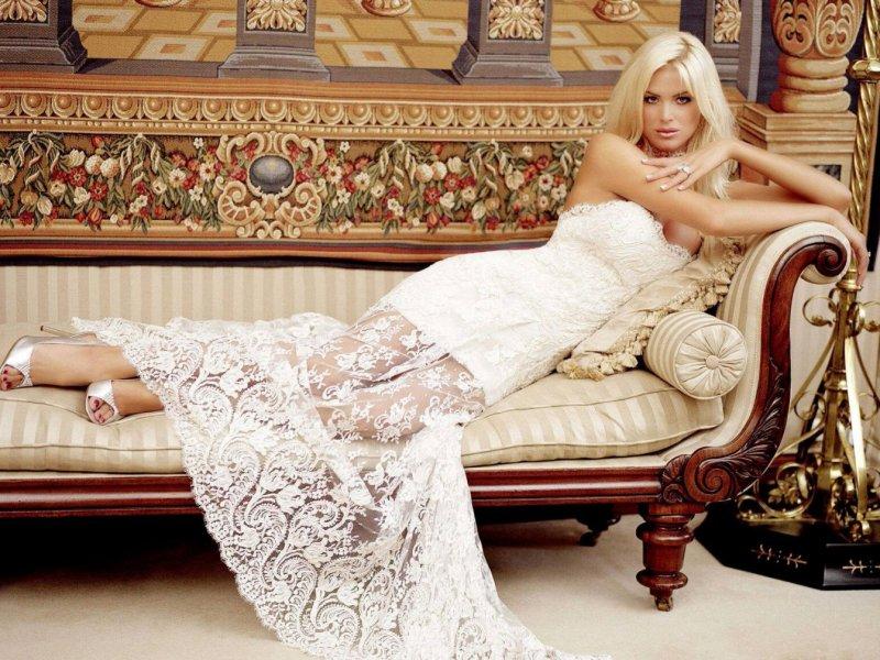 Девушки в платье на диване