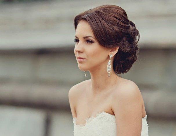 Укладка на свадьбу волос средней длины