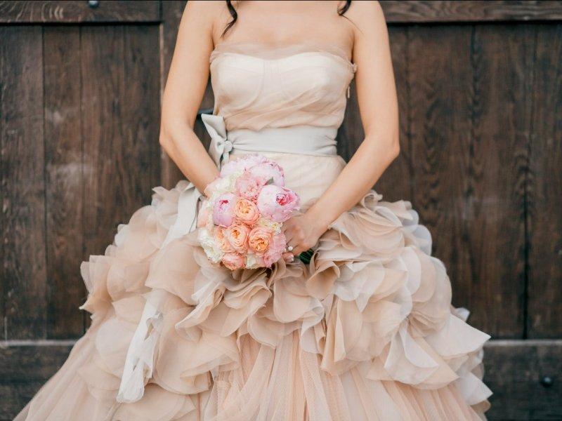 Кремовое свадебное платье с букетом