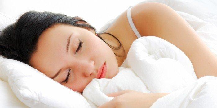 положить фото любимого под подушку