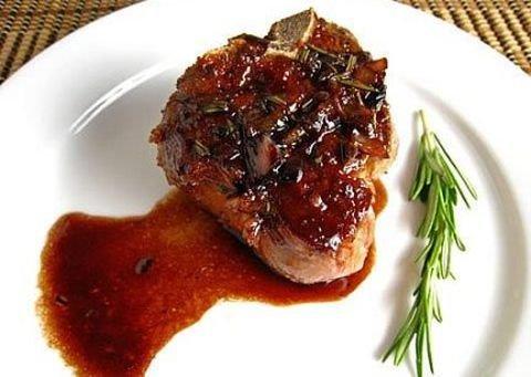 Блюдо из свинины с чесноком сыром и помидорами