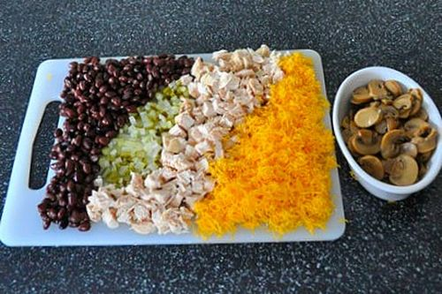 салат из курицы с огурцами и фасолью