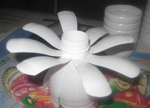 Як зробити з пластикових пляшок своїми руками покроково ромашка