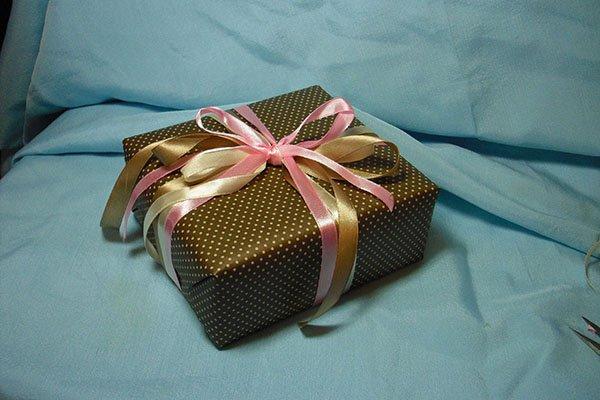 Как запаковать подарок в подарочную 643