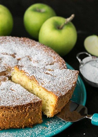 Шарлотка на сметане с яблоками: классический рецепт