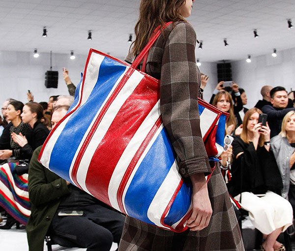 Как носить сумку в 2018. Сумки на пояс, сумки-тележки и другие интересные решения