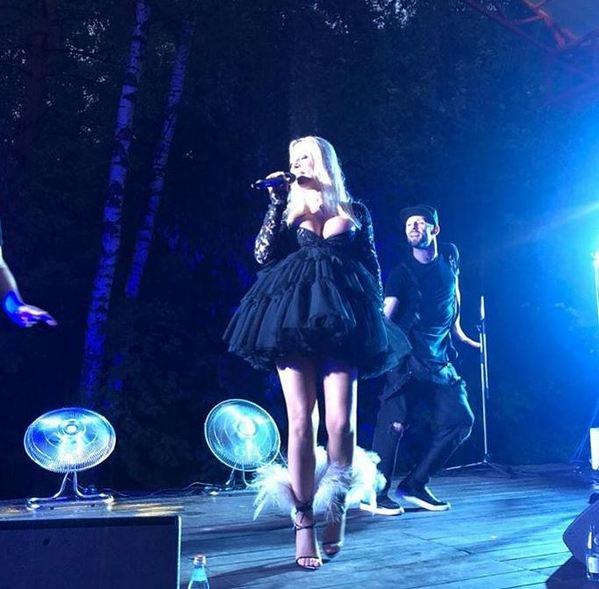 «Вроде беременна она»: наряд Ирины Салтыковой вызвал споры в сети
