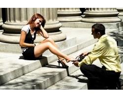 Что делает мужчина, чтобы привлечь к себе внимание симпатичной женщины