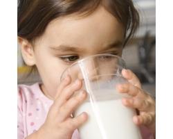 Коровье молоко детям