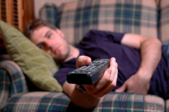 Молодой человек смотрит порно