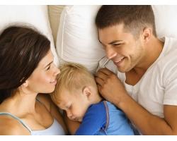 С кем спать ребенку?