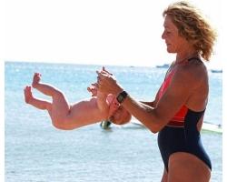 Беби-йога от рождения до восьми недель: как держать и носить младенца