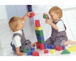 Какие игрушки выбрать для близнецов и двойняшек?