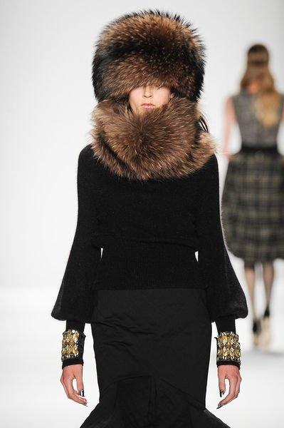 Зимняя меховая шапка стала одним из главных трендов сезона Осень-Зима  2015–2016. Её выбрали в качестве основных головных уборов для своих  коллекций такие ... 8de145cd8eea2
